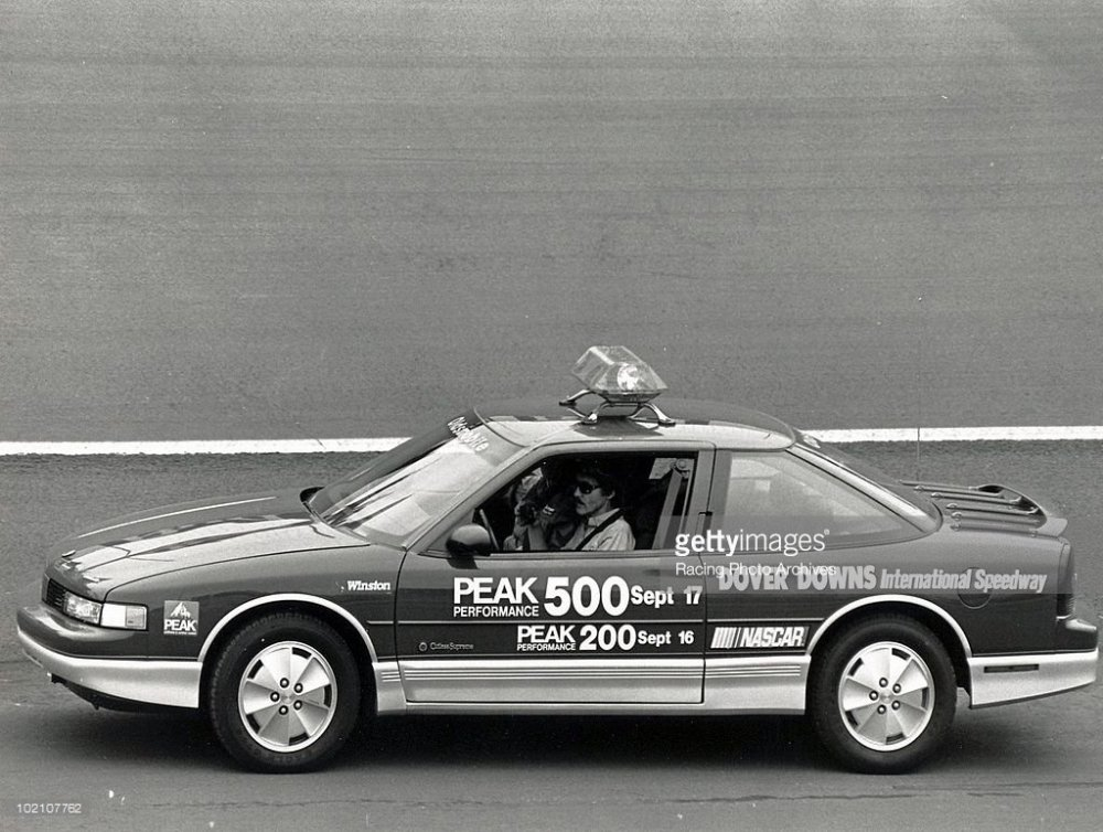 richard-petty-races-the-pace-car-around-dover-downs-international-picture-id102107762.jpg